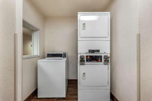 A kitchen or kitchenette at Comfort Inn Troutdale-Portland East