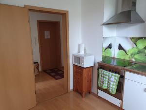A kitchen or kitchenette at Self Check-in Green Apartment in FeWo47a