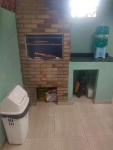 Um banheiro em Casa 50 mts da praia Caravelas PR com ventiladores