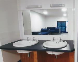 A bathroom at Pete's Eats Bunkhouse