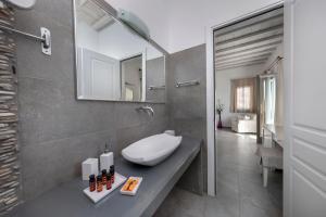 Salle de bains dans l'établissement Deliades Hotel