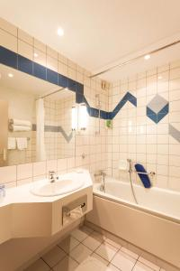 A bathroom at Best Western Hotel & SPA Le Schoenenbourg
