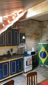 A cozinha ou cozinha compacta de Chill Inn Paraty Hostel & Pousada