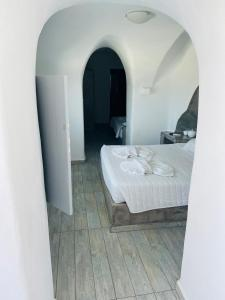 A bed or beds in a room at Loucas on the Cliff