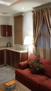Uma área de estar em Qasr Wasan Furnished Apartments - Al Aziziyah