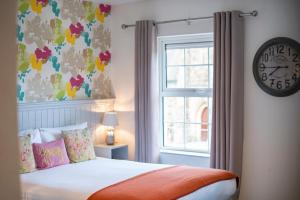 A bed or beds in a room at Emmet Hotel