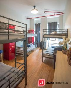 Uma ou mais camas em beliche em um quarto em Jazz on Columbus Circle Hostel