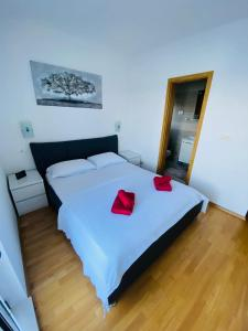 A bed or beds in a room at Guest House Ruža