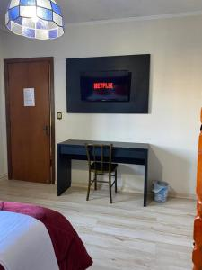 A television and/or entertainment centre at Casa do Rogerio Hostel Shopping