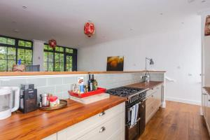 A kitchen or kitchenette at Cosy 2 Bedroom Flat with Great Outdoor Balcony