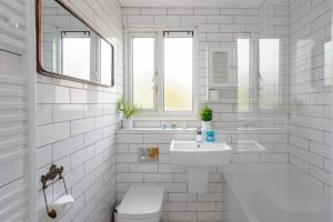 A bathroom at Spacious 3 Bedroom Apartment With Large Balcony
