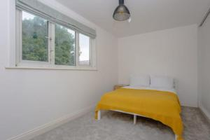 A bed or beds in a room at Spacious 3 Bedroom Apartment With Large Balcony