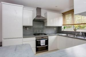 A kitchen or kitchenette at Spacious 3 Bedroom Apartment With Large Balcony