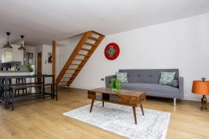 A seating area at Spacious 3 Bedroom Apartment With Large Balcony