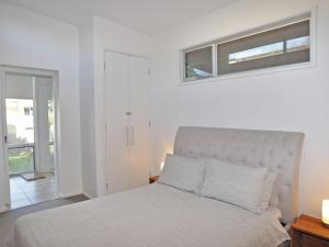 A bed or beds in a room at 52 ON BAYVIEW - PET FRIENDLY (OUTSIDE ONLY)