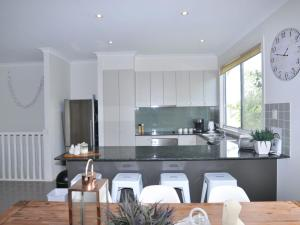 A kitchen or kitchenette at SANDPIPER 3 - CLOSE TO BEACH AND TOWN