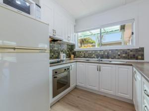 A kitchen or kitchenette at DRIFTAWAY - ACROSS FROM SURF BEACH
