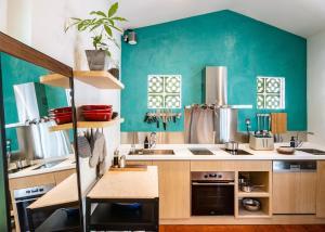 Кухня или мини-кухня в KēSa House, The Unlimited Collection by Oakwood