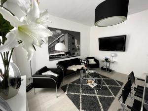A seating area at BAUHAUS Design-Luxus Apartment, 20er Jahre Stil, Garten