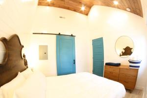 A bed or beds in a room at The Ledges Resort & Marina
