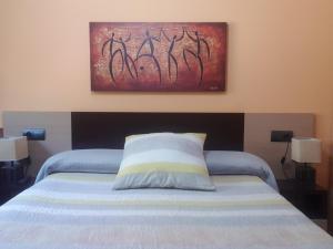 """Cama o camas de una habitación en Apartamentos Turísticos """"El Jardín"""""""