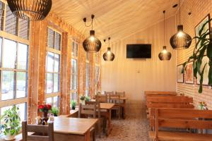 A restaurant or other place to eat at Guest house Tri Kota