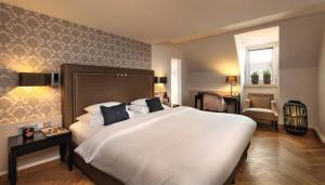A bed or beds in a room at Hotel Maximilian's