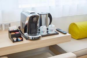 Coffee and tea-making facilities at H+ Hotel Salzburg