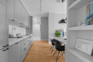 Kuchnia lub aneks kuchenny w obiekcie Unit Apartment Deluxe Warszawa Centrum Plac Zbawiciela Hala Koszyki