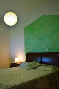 A bed or beds in a room at Fully renovated apartment-ανακαινισμένο διαμέρισμα