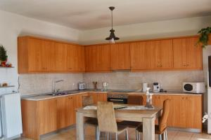 A kitchen or kitchenette at Fully renovated apartment-ανακαινισμένο διαμέρισμα
