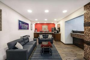 A seating area at Travelodge by Wyndham Miles City