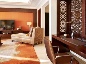 A seating area at Fairmont The Palm
