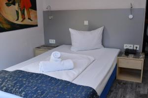 A bed or beds in a room at Hotel Münchner Hof