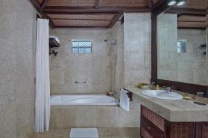 Un baño de Hotel Tjampuhan Spa