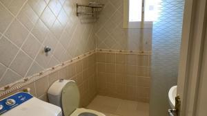 Um banheiro em قصر المساعدية للوحدات السكنية فرع قريش