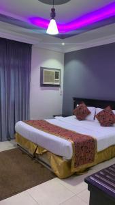 Cama ou camas em um quarto em قصر المساعدية للوحدات السكنية فرع قريش