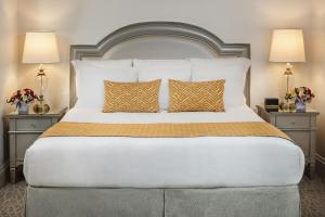 A bed or beds in a room at Warwick Melrose Hotel