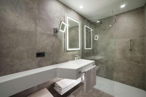 A bathroom at Radisson Blu GHR Rome