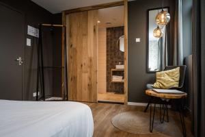 A bed or beds in a room at Loods Hotel Vlieland