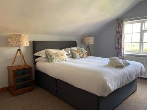 A bed or beds in a room at Three Horseshoes Inn