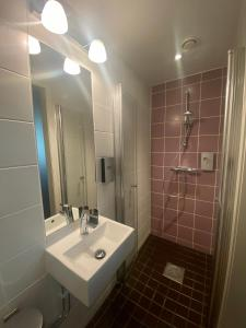 A bathroom at Hotel Finn
