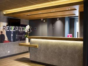 The lobby or reception area at Ibis Budget Bourgoin Jallieu Centre