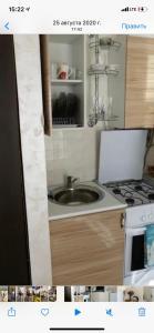 Кухня или мини-кухня в Apartment on Prosveshcheniya Adler