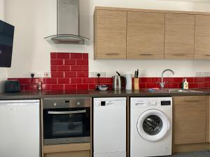 A kitchen or kitchenette at Smithfield Apartments - Onsite Gated Parking