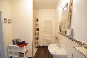 A bathroom at Apartment London