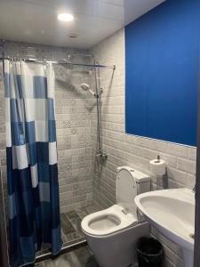 A bathroom at Areguni Guest House