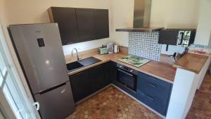 Cuisine ou kitchenette dans l'établissement Maison 400m Océan avec jardin clos et ombragé