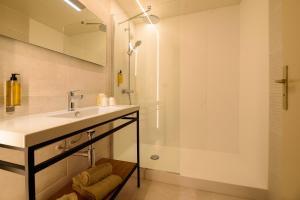 Łazienka w obiekcie Hôtel Neste de Jade
