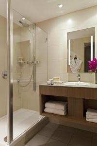 A bathroom at Pullman Bordeaux Lac